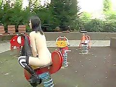 Goth Mädchen bekommt nackt auf dem eine öffentlichen Spielplatz