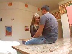 Corné étudiante blonde mignonne a des rapports sexuels avec son amoureux la cuisine et salon avant père obtient