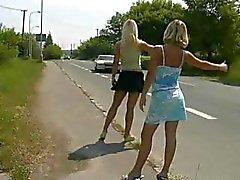 2 Mochileiro Loiro ir para um passeio