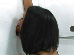Kara saçlı bir fetiş kýz zafer delik keşfeden