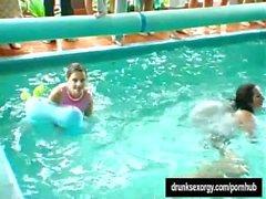 Les filles de fête sans scrupule se foutent au bord de la piscine