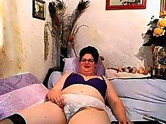 Stygg mormor Teases hennes håriga fitta