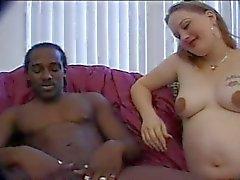 Zwangere Babe neemt zwarte pik in kont