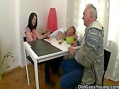 Olga bu yaşlı adam onun cazibesi yanana kadar onun erkek arkadaşı sadık olduğunu düşündüm