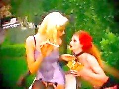 Cigarette que fuma joven Lesbians gustan de hacer en sus Lencería bondage del BDSM esclavo de dominación femenina dominación de