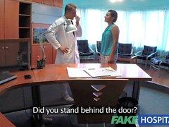 FakeHospital Doktorlar masanın üstüne hastada sikikleri