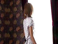 Menina japonesa bonito está fazendo um lento e sedutor striptease