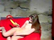 GJUTNINGS flicka gör det BJ och knullar hennes fitta i banan