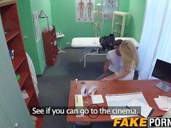 Blonde infirmière permet à son patient de baiser comme il veut