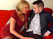Jeune homme mec baise ses nouvelles maîtresse de maison mature par des AgedLove