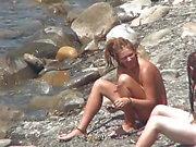 vids Spy des filles belles jeunes naturistes nus dans la mer