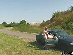 De mamie baisée au véhicule