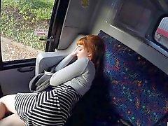 La muchacha adolescente Córnea de Lola latía a del autobús