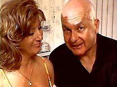 Mies näyttää hänen vaimonsa munaa neljä mens
