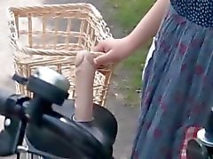 Doces adolescentes asiáticos twats ficando toda molhada ao montar a bicicleta