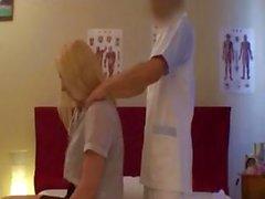 Loira está recebendo uma boa massagem massagista japonês e enfia