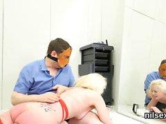 Poikkeava tyttö on tehty anaali turvapaikka esteettömän hoitoa