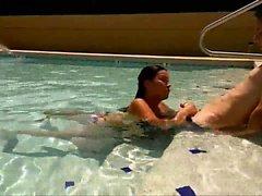 Elle lui suce de axe de sa BF dans le bassin