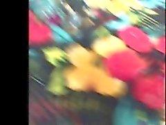 Gizli kamera kısa bir çiçekli elbise a sıcak bayan izler