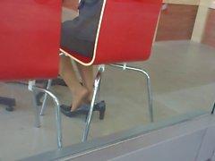 Откровенный Азии нейлон Shoeplay Ножки ног в кафе