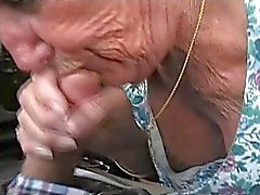 Granny Shirley geeft BJ in carwash