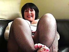 Madura mujer rechoncha placer a su coño húmedo en el sofá