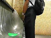 Str8 spionen daddy inom offentlig toalett för