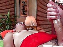 Ragazzo ottiene oliato per i massaggi da parte massagevictim