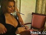 Seksikäs lutka verkkosukat kiusaa taas tupakointi