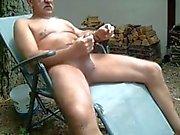 Yaşlı adam dışarıda wanking