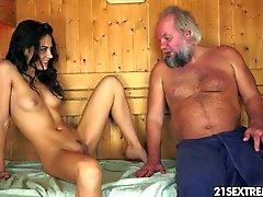 Sauna Adventure alter Mann mit einem heißen Teenager