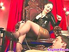 Mistress domina la con sus pies