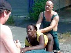 Ebony slampa åtnjuter två kukar och i deras