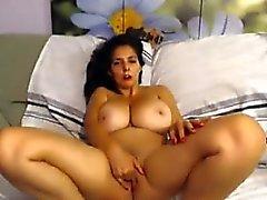 Brunette kanssa valtava luonnon tiaiset masturbates vuodesohvalla