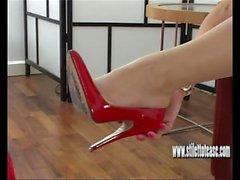 Naughty brunette necken will Ihr Sperma ganz über ihre großen sexy High Heels