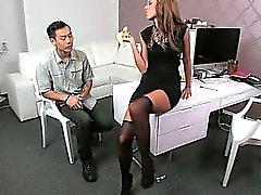 Indivíduo asiático que come e bangs puta em de moldagem