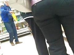 Schöner, großer ass milfs in engen Hosen 2