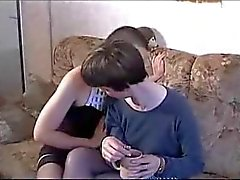 Olgun ve genç lezbiyen yumruk ve bir erkek deneyin