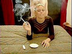 Tupakointi Blondi doggystile toimintaa !