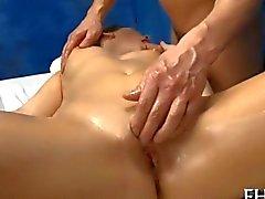 Éveiller des poussins des désirs vigoureuses satisfont par un masseur