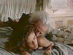 Anne Knecht голой , лежа на кровати то время как парень входит в начинается