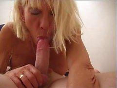 A Dick Sucking Anneanne Bir Stud oyununda From A Ağız Cumshot Alır