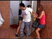 Çek gençler Kiki ve Sandra işemek ve daha sonra cezalandırmak