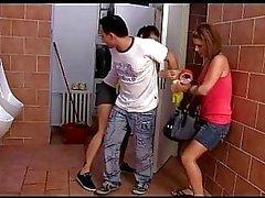 Tsjechische tieners Kiki en Sandra pis en vervolgens te straffen