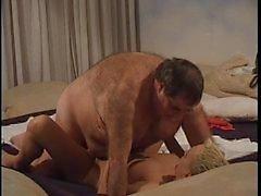 Homem mais idoso de gordura com jovem prostituta