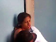 Menina indiana se divertindo