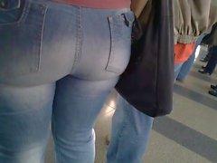 Gravando deliciosa e linda bunda grande Jeans justo keine U-Bahn