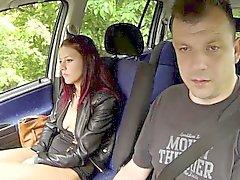 Gençlerin tattoed Kız Kaçanı Siken İÇİN PARA ilişkin The Stranger ile birlikte Arabada