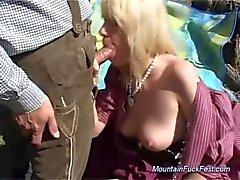 Peituda alemão de MILF precisa de sexo anais difíceis das montanhas