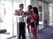 Lesbian ragazze mani culo della sua amica mentre lei cavalca su dick grande dell'allenatore